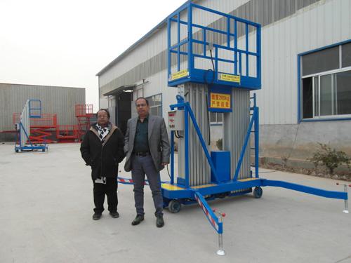 国外客户参观铝合金升降机